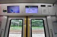山手線のE235系通勤型車両に設置されている防犯カメラ(右上)=東京都品川区で2018年5月17日午前10時22分、竹内紀臣撮影