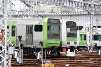 山手線のE235系車両(手前)とE231系車両=東京都品川区で2018年5月17日午前10時34分、竹内紀臣撮影