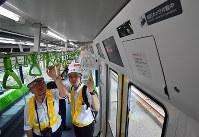 ドアの上部に防犯カメラ(右上)が設置されている山手線のE235系通勤型車両=東京都品川区で2018年5月17日午前10時23分、竹内紀臣撮影