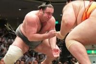 魁聖と対戦する栃ノ心(左)=両国国技館で2018年5月17日、和田大典撮影