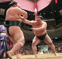 押し出しで豊山を降す豪栄道(右)=両国国技館で2018年5月17日、和田大典撮影
