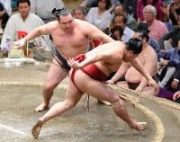 鶴竜(奥)がはたき込みで阿炎を降す=東京・両国国技館で2018年5月17日、長谷川直亮撮影