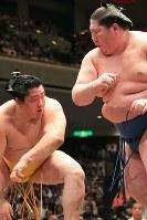 攻め合う逸ノ城と遠藤(左)=両国国技館で2018年5月17日、和田大典撮影