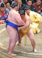 遠藤(右)が寄り切りで逸ノ城を破る=東京・両国国技館で2018年5月17日、長谷川直亮撮影