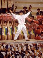 開会式で科学万博のテーマソング「一万光年の愛」を歌う西城秀樹さん=茨城県の筑波研究学園都市で1985年3月16日