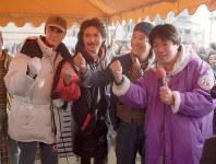 被災地でボランティア活動をする西城秀樹さん(左端)、桑名正博さん(同2人目)、河内家菊水丸さん(右端)=神戸市長田区で1995年2月13日