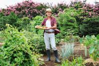 「土をいじれば、ストレスなんて吹き飛ぶよ」と語る西城秀樹さん=東京都内で2010年8月9日、須賀川理撮影
