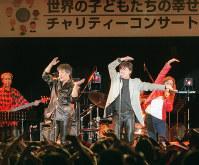 チャリティーコンサートで「YMCA」を歌う桑名正博さん(手前左)と西城秀樹さん(手前右)=大阪市北区梅田2で2001年12月14日午後、大橋公一撮影