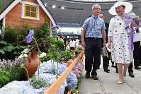 「第20回国際バラとガーデニングショウ」をご覧になる寛仁親王妃信子さま=埼玉県所沢市のメットライフドームで2018年5月17日午後2時54分、渡部直樹撮影