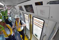 ドア上部に防犯カメラ(右上)が設置されている山手線のE235系通勤型車両=東京都品川区で2018年5月17日午前10時24分、竹内紀臣撮影