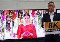 8KテレビをPRするシャープの喜多村和洋・TVシステム事業本部長=堺市のシャープ本社で2018年5月16日午後3時37分、加藤美穂子撮影