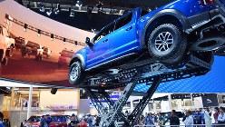 派手な展示で人気を集めた米大手フォード・モーターのブース=北京モーターショーで2018年4月25日、赤間清広撮影