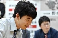 感想戦で笑顔を見せる藤井聡太七段=大阪市福島区の関西将棋会館で2018年5月18日午後9時19分、平川義之撮影