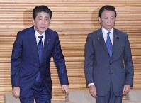 閣議に臨む安倍晋三首相(左)と麻生太郎財務相=首相官邸で2018年5月18日午前8時31分、川田雅浩撮影