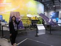 ベルリン国際航空宇宙ショーで展示されたはやぶさ2の実物大模型=2018年4月、宇宙航空研究開発機構提供