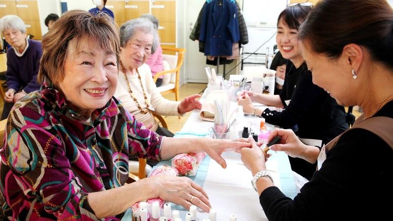 ネイルをしてもらう認知症の高齢者たち=東京都世田谷区で2018年2月