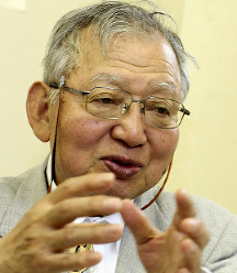 Japan Confederation of A- and H-Bomb Sufferers Organizations Secretary-General Sueichi Kido speaks in Tokyo's Minato Ward on May 2, 2018. (Mainichi)