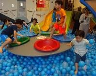季節の変わり目には半袖と長袖、両方の服装の子どもたちが交じって遊んでいる=東京都文京区のアソボ~ノ!で
