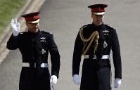 結婚式会場に到着したヘンリー王子(左)とウイリアム王子=ロンドン郊外の聖ジョージ礼拝堂で19日、AP