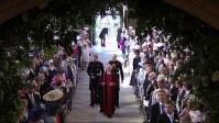 ウィリアム王子(右)の付き添いで結婚式に向かうヘンリー王子(左)=ロンドン郊外の聖ジョージ礼拝堂で19日、AP