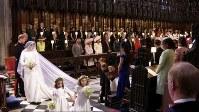 結婚式に臨むため、教会内を進むヘンリー王子とメーガン・マークルさん=ロンドン郊外の聖ジョージ礼拝堂で19日、AP