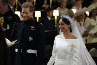 結婚式で笑顔を見せるヘンリー王子とメーガン・マークルさん=ロンドン郊外の聖ジョージ礼拝堂で19日、AP