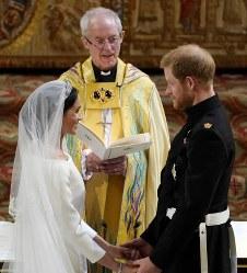 結婚の誓約をするヘンリー王子とメーガン・マークルさん=ロンドン郊外の聖ジョージ礼拝堂で19日、AP