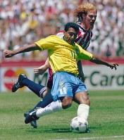 1994年 米国大会:【ブラジル1―0米国】ブラジルのロマリオ(手前)が米・ララスを振り切りシュートを放つ。大会のゴールデンボール賞(最優秀選手)=米国・サンフランシスコで1994年7月4日、藤井太郎撮影