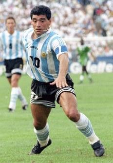 1994年 米国大会:1次リーグのナイジェリア戦でプレーするアルゼンチンのマラドーナ。この試合後のドーピング(禁止薬物使用)検査で陽性となり大会から追放された=米国・ボストンで1994年6月25日、藤井太郎撮影