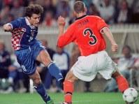 1998年 フランス大会:【3位決定戦・クロアチア2―1オランダ】クロアチアのシュケル(左)が決勝のゴールを決める。通算6点で、98年大会の得点王=仏・パリで1998年7月11日、藤井太郎撮影