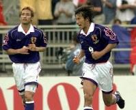 1998年 フランス大会:【日本1―2ジャマイカ】後半29分にW杯日本初ゴールを決めた中山雅史、左は中田英寿=仏・リヨンで1998年6月26日、藤井太郎撮影
