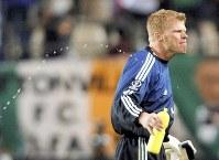 2002年 日韓大会:【ドイツ1―1アイルランド】渋い表情を見せるドイツGKのカーン。02大会のゴールデンボール賞(最優秀選手)=茨城県鹿嶋市で2002年6月5日、平野幸久撮影