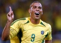 2002年 日韓大会:【ブラジル2―0ベルギー】ゴールを決め喜ぶブラジルのロナウド。02年大会通算8点で得点王(98年仏大会ではゴールデンボール賞)=神戸市で2002年6月17日、平野幸久撮影