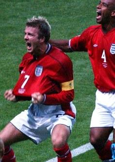 2002年 日韓大会:【イングランド1―0アルゼンチン】前半44分、イングランドのベッカムがPKを決め、スタンドに向かってアピール=札幌市で2002年6月7日、平野幸久撮影