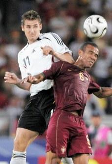 2006年 ドイツ大会:【3位決定戦・ドイツ3―1ポルトガル】ヘディングで競り合うドイツのクローゼ(左)。通算5点で06年大会の得点王=ドイツ・シュツットガルト2006年7月8日、竹内幹撮影