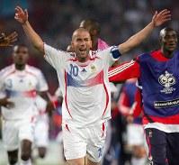 2006年 ドイツ大会:【フランス3―1スペイン】スペインを破り、準々決勝進出を決め喜ぶフランスのジダン。06年大会のゴールデンボール賞(最優秀選手)=ハノーバーで2006年6月27日、森田剛史撮影