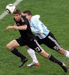 2010年 南アフリカ大会:【準々決勝・ドイツ4ー0アルゼンチン】ドイツのミュラー(左)。大会通算5得点。スペインのビリャ、オランダのスナイダー、ウルグアイのフォルランと並び10年大会の得点王=南アフリカ・ケープタウンで2010年7月3日、佐々木順一撮影