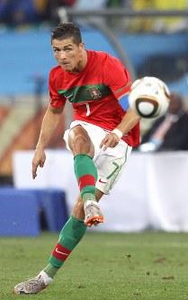 2010年 南アフリカ大会:【ポルトガル0―0ブラジル】ブラジル戦でFKからゴールを狙うポルトガルのロナルド=南アフリカ・ダーバンで2010年6月25日、佐々木順一撮影