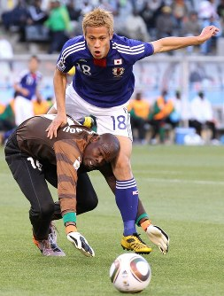 2010年 南アフリカ大会:【日本1―0カメルーン】カメルーンのGKハミドゥと競り合う本田圭佑(奥)。日本は国外でのW杯で初勝利=南アフリカ・ブルームフォンテーンで2010年6月14日、佐々木順一撮影