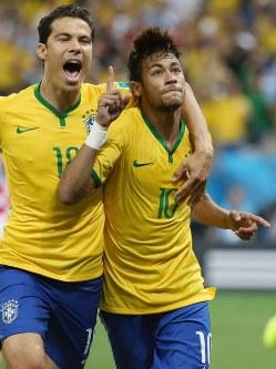 2014年 ブラジル大会:【ブラジル3―1クロアチア】勝ち越しのPKを決め喜ぶブラジルのネイマール(右)=サンパウロで2014年6月12日、小出洋平撮影