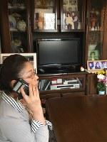 自室で電話取材に応じる寺西笑子さん。部屋には亡き夫彰さんの写真が何枚も飾られている=京都市伏見区で、松井宏員撮影