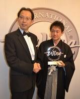IWCで最高位を受賞し、内堀雅雄・福島県知事(左)から祝福を受ける唐橋裕幸社長=英ロンドンで2015年7月16日、坂井隆之撮影