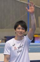 NHK杯で10連覇を達成し、観客席に手を振る内村航平=東京体育館で2018年5月20日、徳野仁子撮影