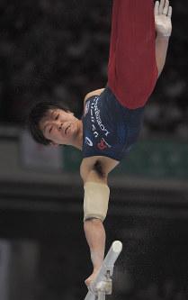 内村航平の平行棒の演技=東京体育館で2018年5月20日、徳野仁子撮影
