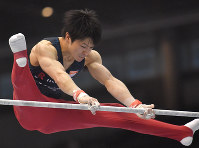 内村航平の鉄棒の演技=東京体育館で2018年5月20日、徳野仁子撮影