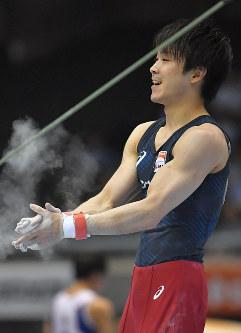 鉄棒の演技を終え、笑顔を見せる内村航平=東京体育館で2018年5月20日、徳野仁子撮影