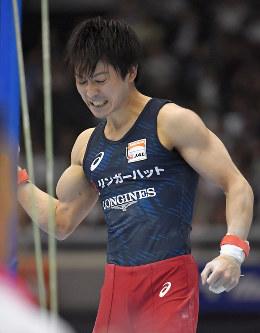 鉄棒の演技を終え、拳を握る内村=東京体育館で2018年5月20日、徳野仁子撮影
