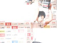 NHK杯を10連覇し、トロフィーを掲げる内村航平=東京体育館で2018年5月20日、徳野仁子撮影