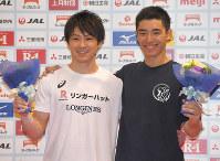 世界選手権の代表選手に選ばれ、記念撮影する内村航平(左)と白井健三=東京体育館で2018年5月20日、徳野仁子撮影
