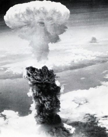 7 - 【歴史資料】〈画像〉原爆投下時の映像 長崎きのこ雲の背後に別の空襲の黒煙 各地で空襲[05/20]